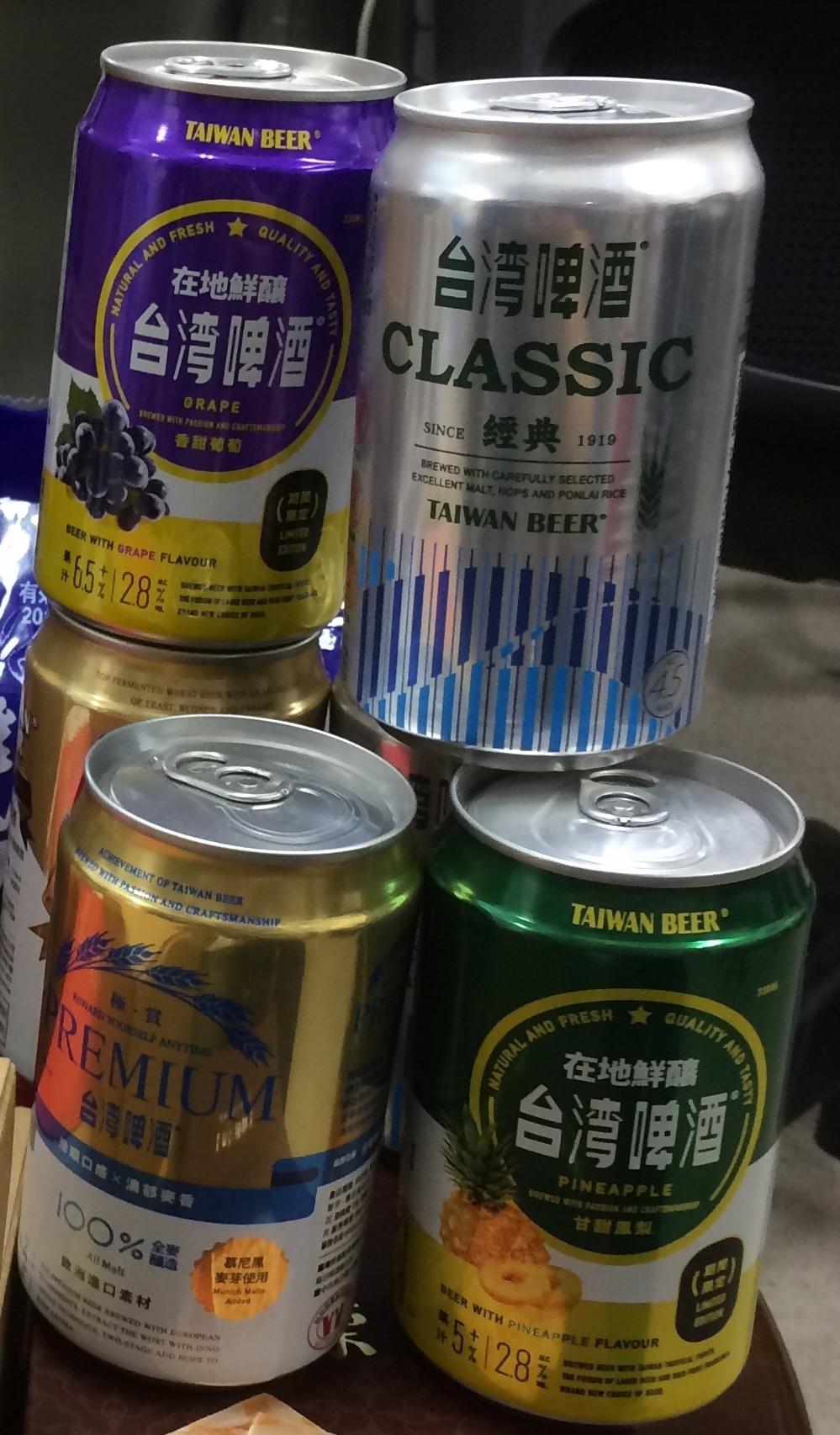 桃園空港で買った台湾ビール(クラシック、プレミアム、グレープ、パイナップル)