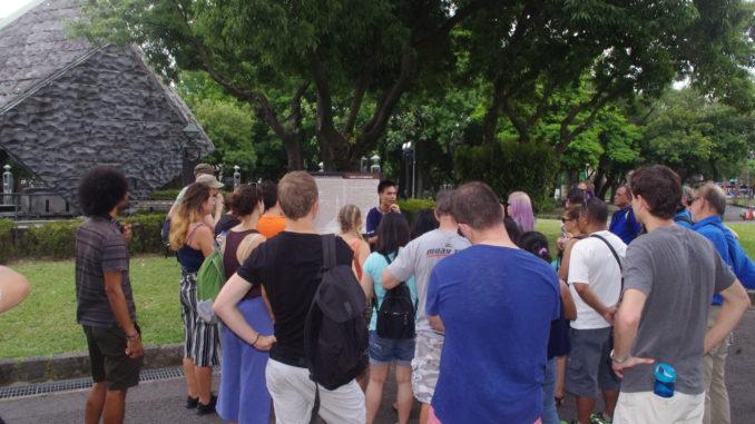 台北フリーウォーキングツアー・二二八和平紀念碑前でのガイドの解説