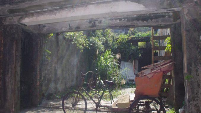 猴硐駅付近の民家通りと廃墟