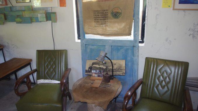 猴硐駅付近の穴場カフェのおしゃれな店内: レトロなテーブルと椅子