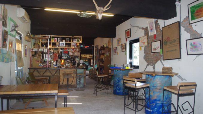 猴硐駅付近の穴場カフェのおしゃれな店内:レトロな店内全景