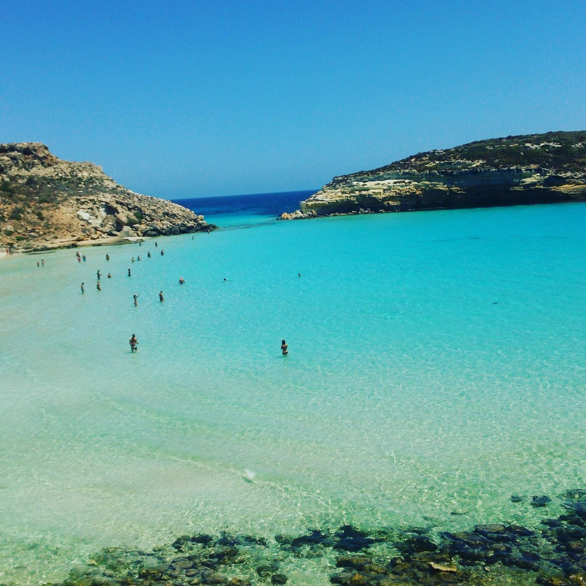 ランペドゥーザ島の観光:ラビットビーチの透明度が高く美しい海と砂浜