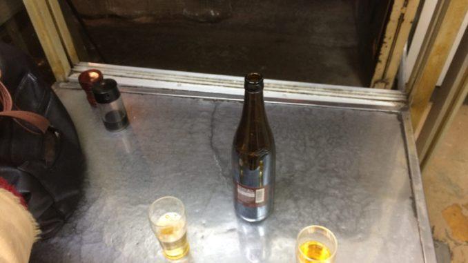 新宿のおすすめグルメ:山根商店 店内・瓶ビール