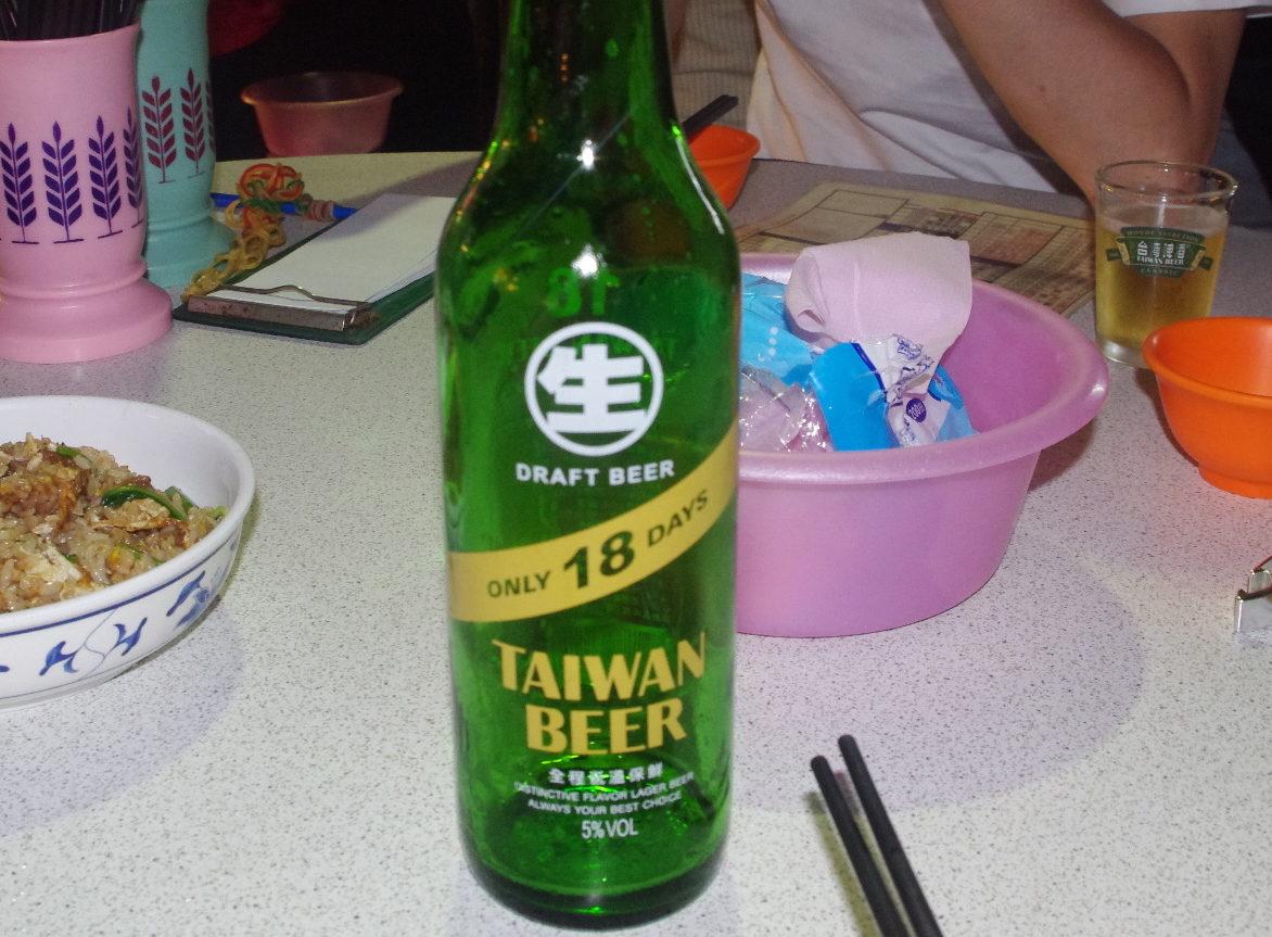 台湾ビールとグラス(台北・遼寧街夜市)