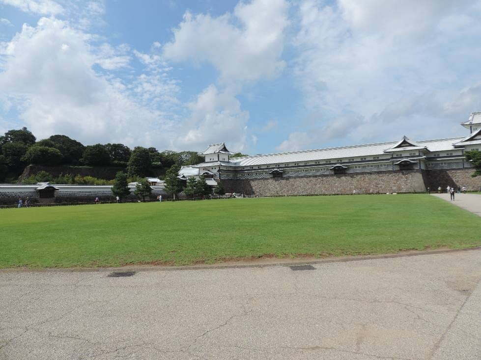 金沢城公園・城内の広大な芝生広場