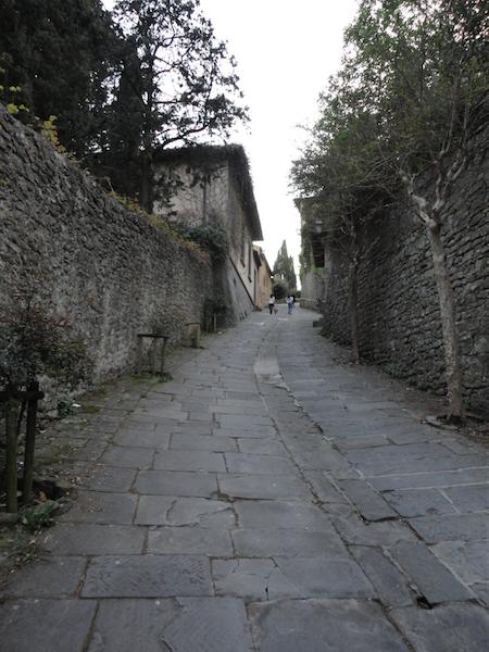 フィエーゾレの丘・サン・フランチェスコ教会、展望台へ続く急な坂道