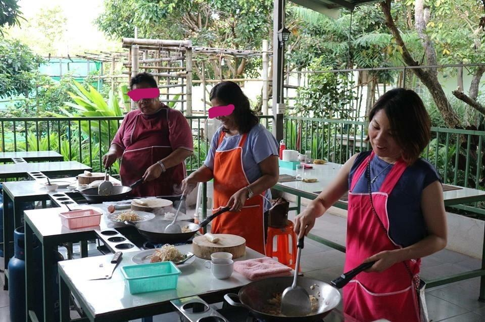チェンマイの料理教室:料理中の風景・一人でも楽しめる