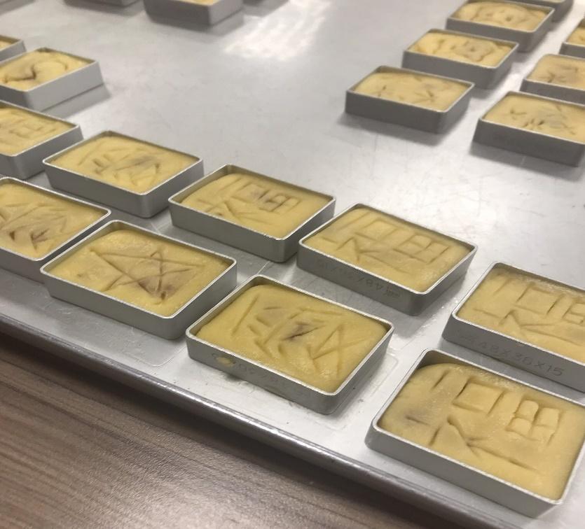 パイナップルケーキ作り体験・生地へのデザイン