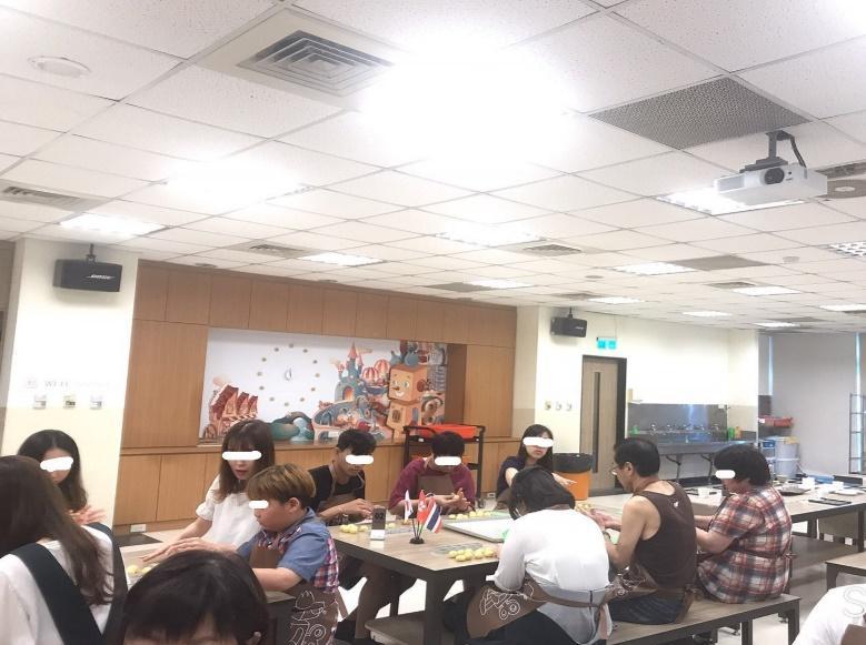 パイナップルケーキ作り体験の様子・参加者/日本語について