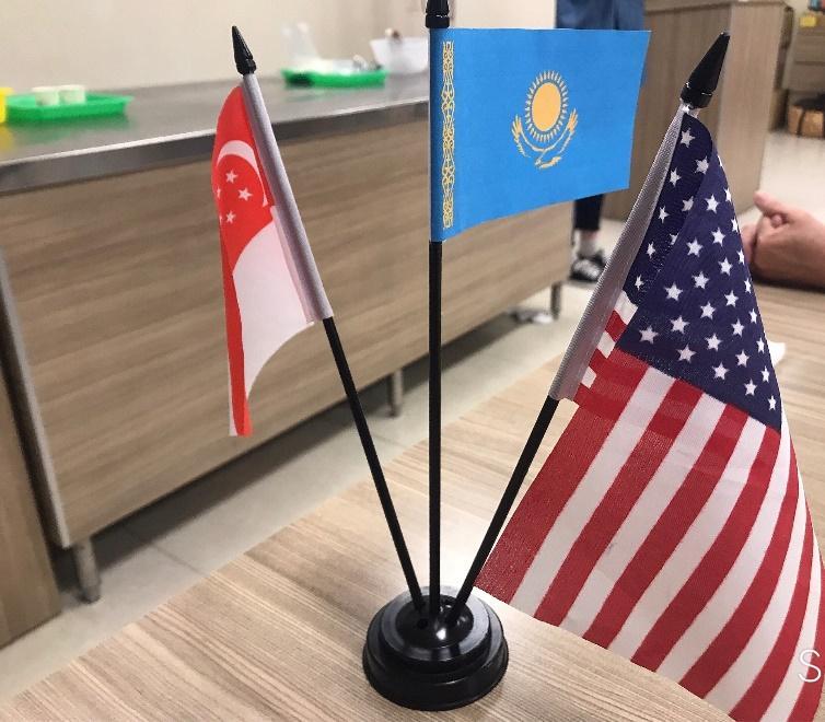 パイナップルケーキ作り体験の様子・参加者の出身国の国旗