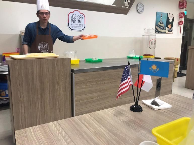 パイナップルケーキ作り体験の様子・スタッフ