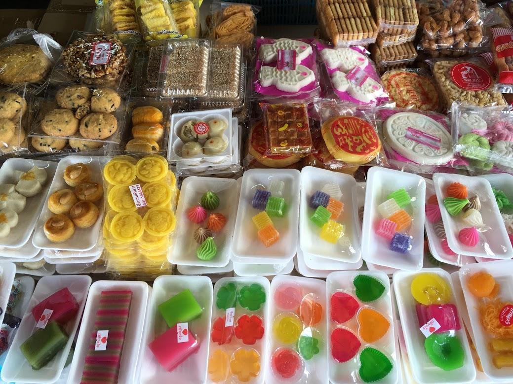 カラフルなタイの伝統のお菓子やスイーツ(旧市街の市場)