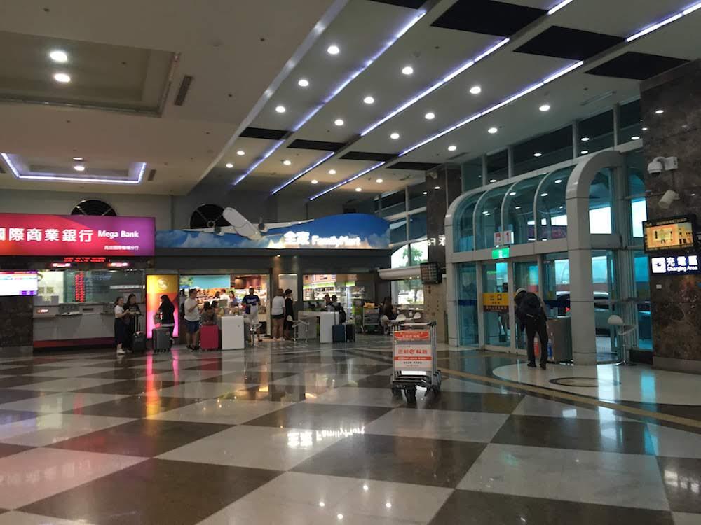 高雄空港・ファミリーマート: コンビニの手軽な食品・お菓子をお土産に買い物可能