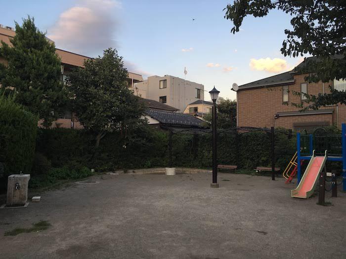 西荻北公園: こぢんまりした、子供向けの遊具が揃う住宅地の公園