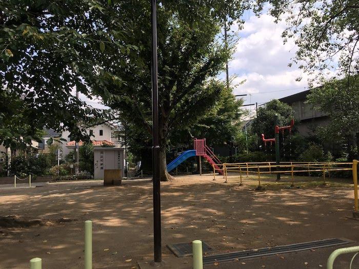 松庵東公園: 小さめなスペースに子供の遊具があり、桜の木の花見もできる公園