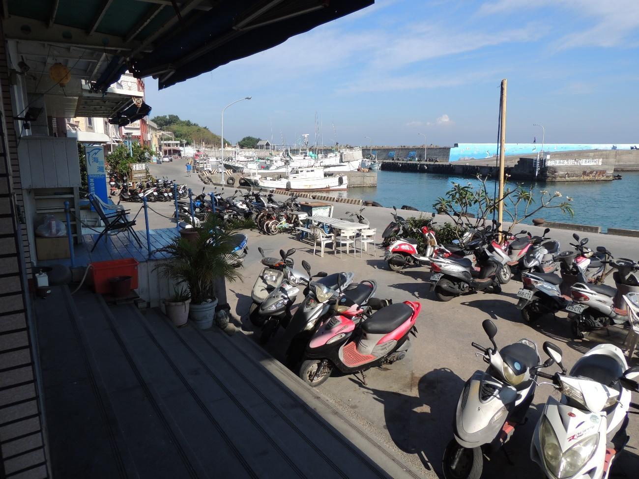 小琉球・港のレンタルバイク店