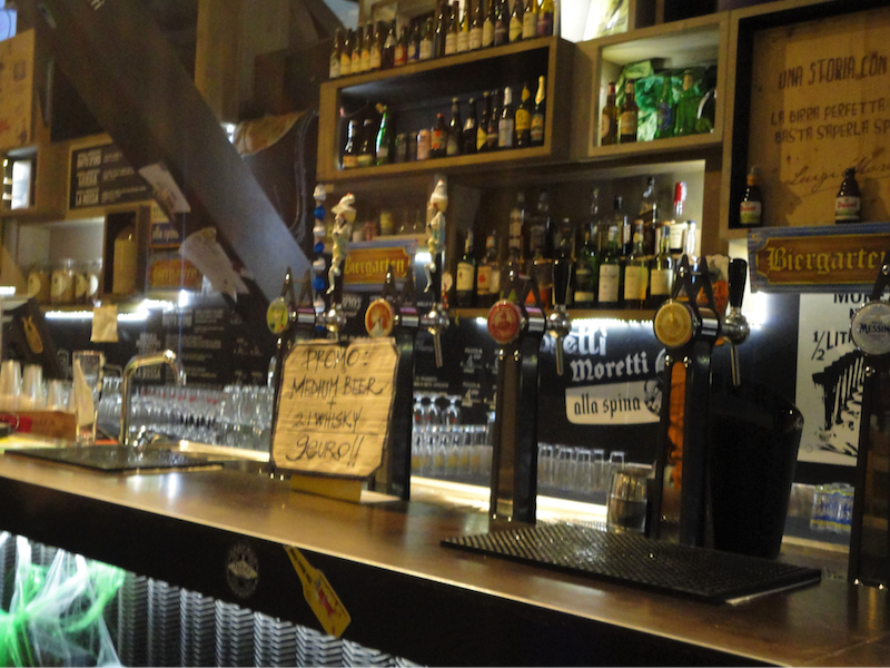 フィレンツェ中央市場・ピザに欠かせないビール:中央カフェテリアの裏にあります