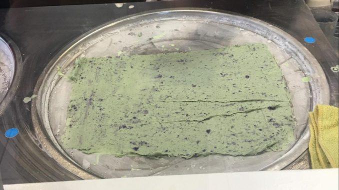 ハワイのロールアイスクリームの作り方4・ヘラで広げる