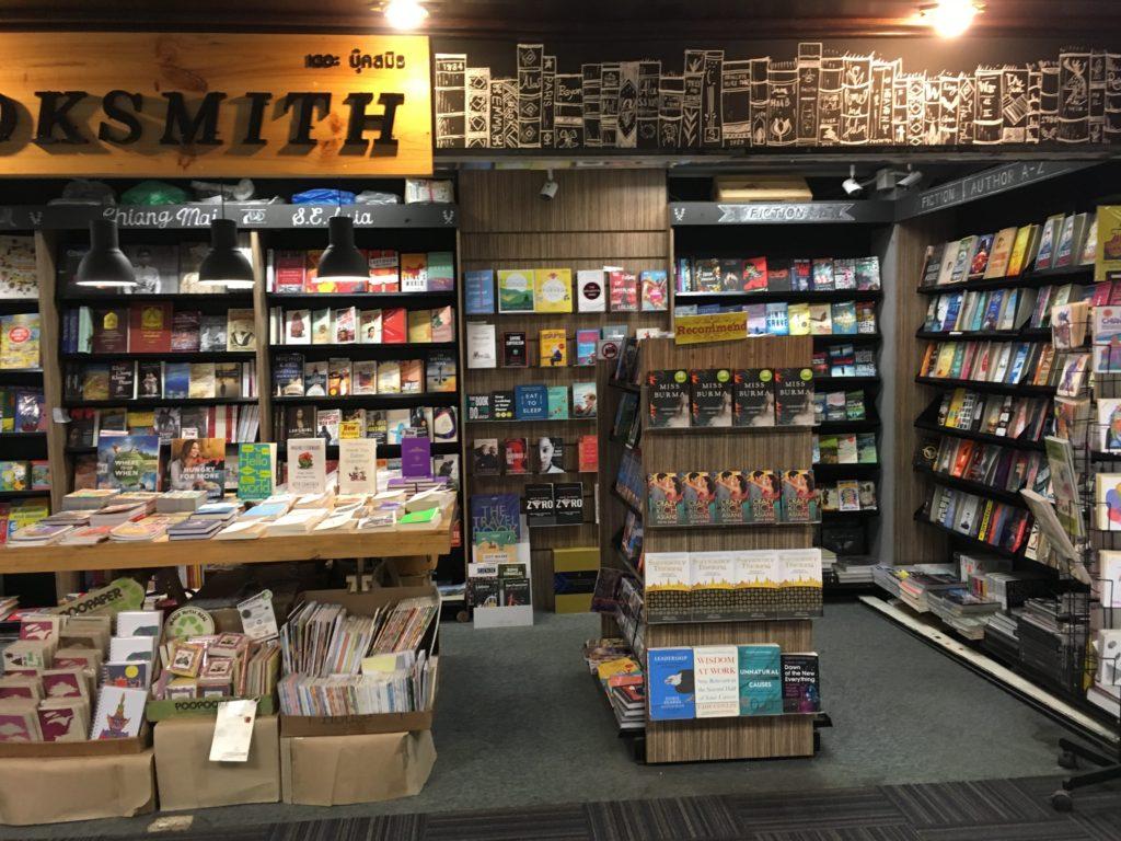 チェンマイ空港でお土産を買える店・場所: 本屋(出国前 2階)