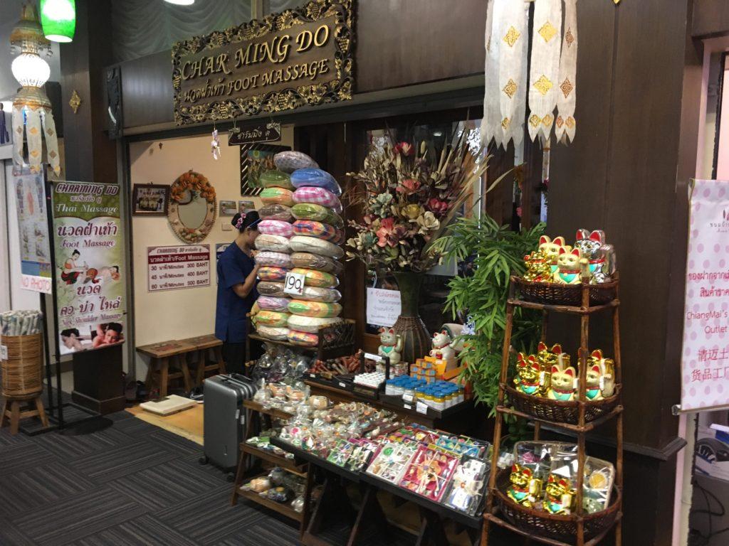 チェンマイ空港でお土産を買える店・場所: マッサージ店の前(出国前 2階)