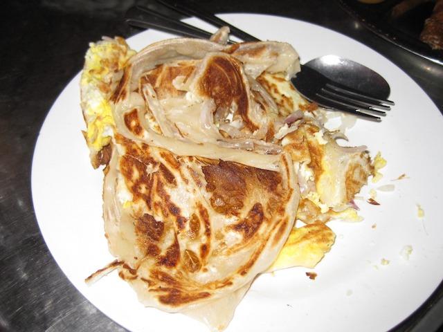 マレーシアのグルメ・ロティテロバワン(卵と玉ねぎ)