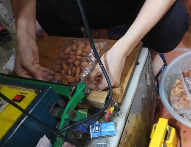 ベトナム・ホーチミン/タンディン市場・A MUỐI(アムーイ)のナッツ・ドライフルーツ
