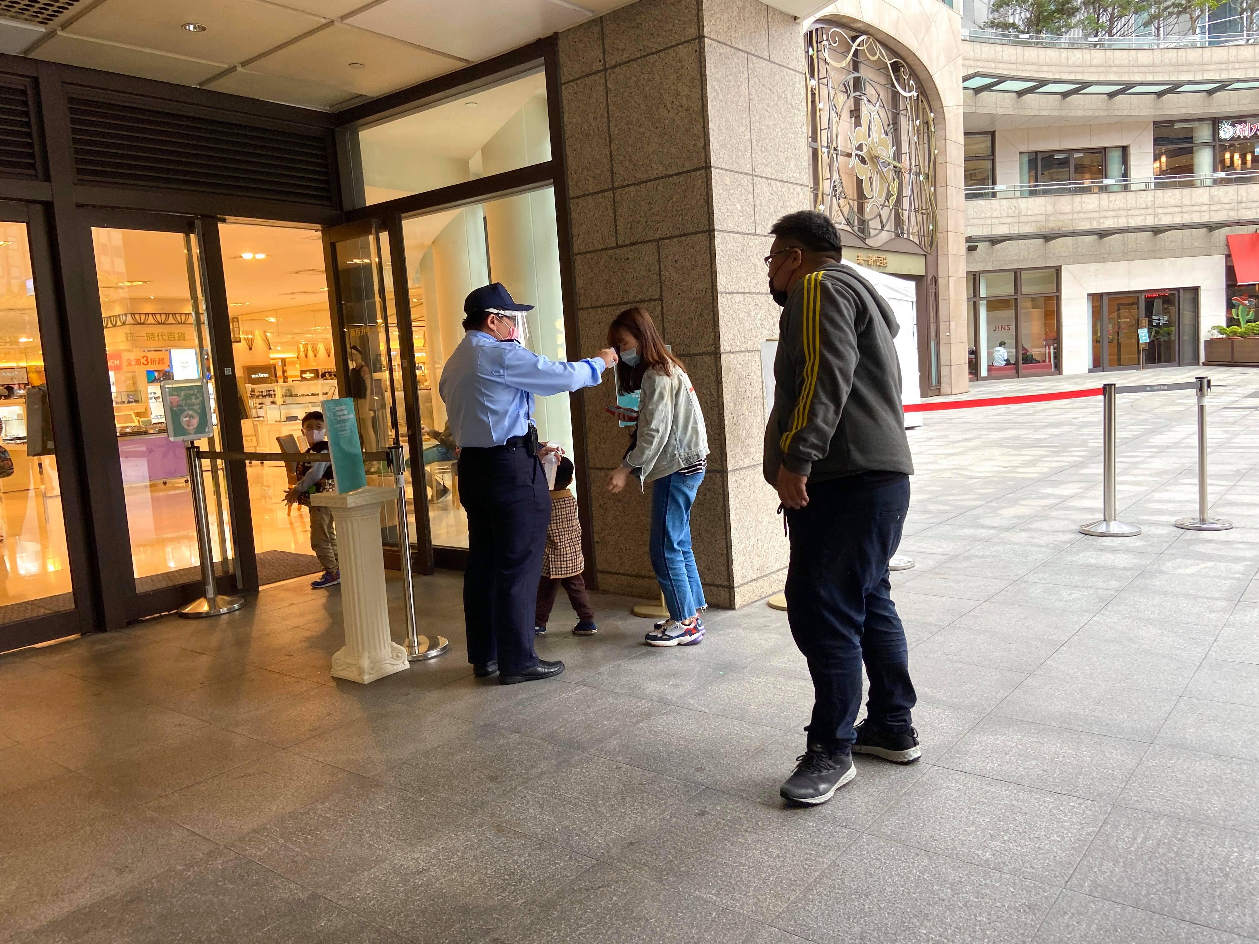 台湾・台北のショッピング施設の入り口での検温(4月2日)