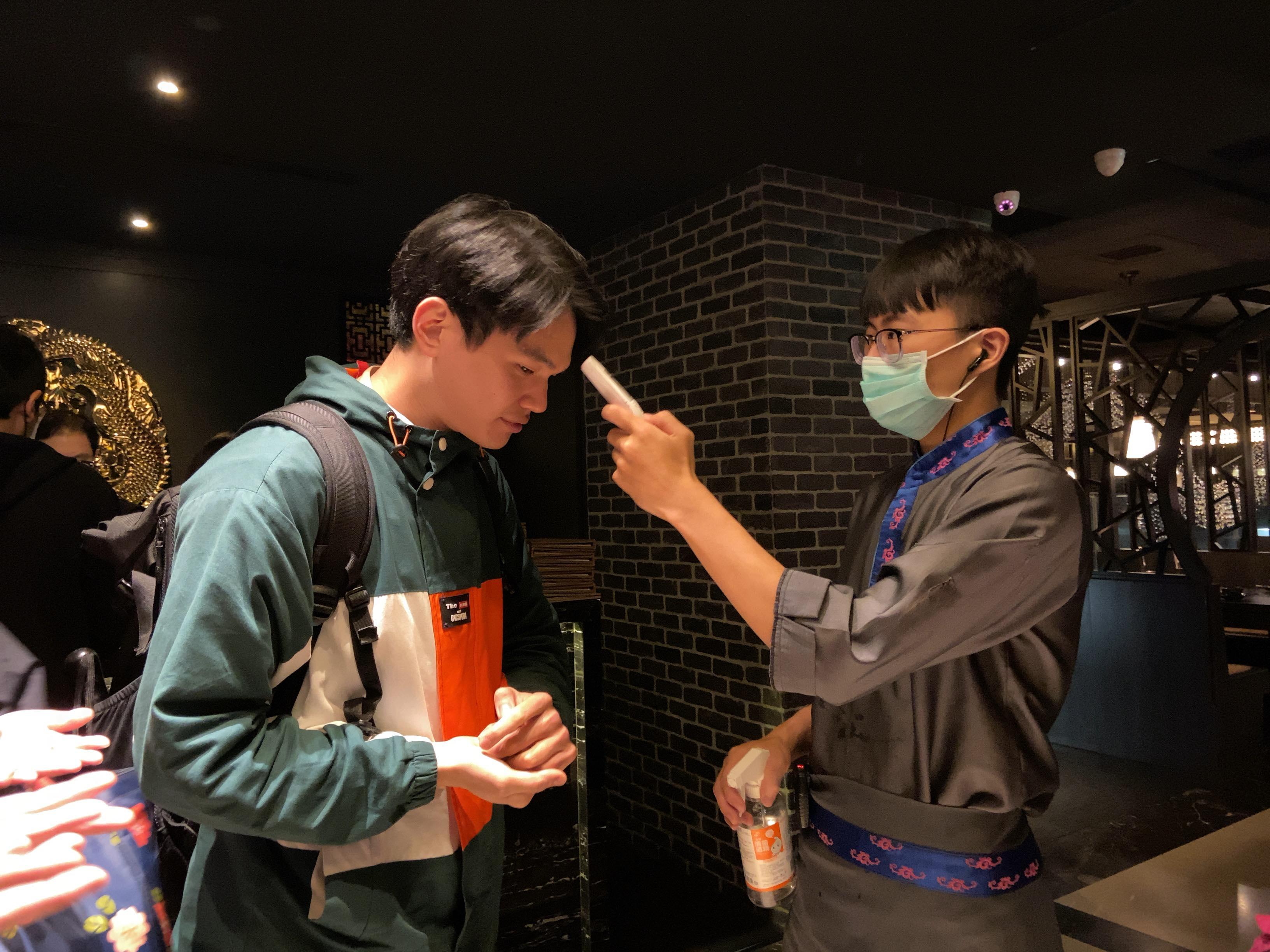 台湾・4月1日・飲食店入り口での体温計測