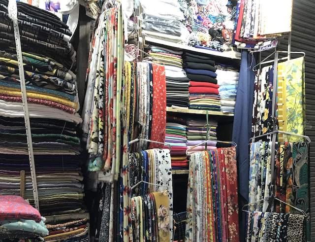 ベトナム・ホーチミン・タンディン市場のオーダーメイド用の布の種類