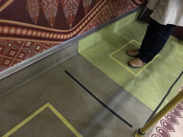 コロナウイルス状況下のマレーシア・クアラルンプール国際空港(KLIA)の様子: 一定距離を空ける床のサイン