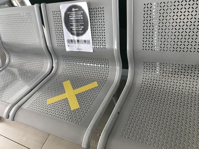 コロナウイルス状況下のマレーシア・クアラルンプール国際空港(KLIA)の様子: 椅子にはテープが貼られる